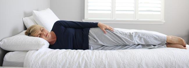 مدل خوابیدن به پهلو و دست ها در امتداد بدن - قلقلی خان