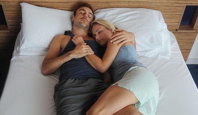 پوزیشن خوابیدن با همسر بر روی شانه همسر - قلقلی خان