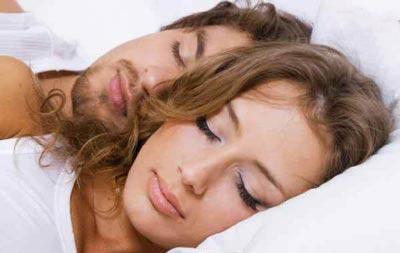 پوزیشن خوابیدن با همسر تصویری ، نحوه خوابیدن زن و شوهر - قلقلی خان