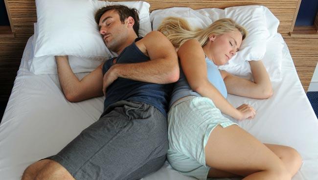 پوزیشن خوابیدن با همسر پشت به پشت خوابیدن چسبیده - قلقلی خان
